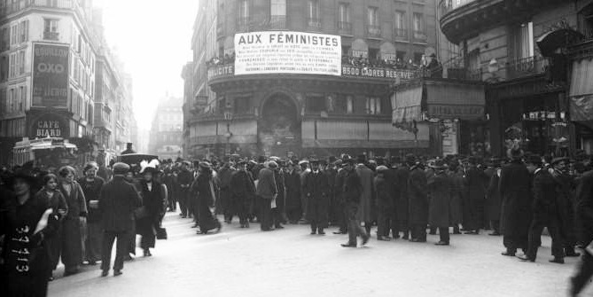 Suffragettes_meeting,_Rue_Montmartre,_Paris,_1914