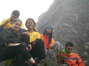 En la pata de uno de Los Jelambis, que da acceso al Velle de la Laguna El Encierro. ¿Y donde está la piedra plana de Manolo?