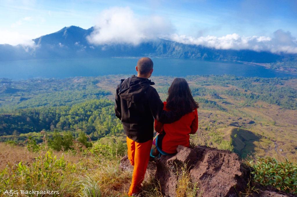 The lake view is breath taking from the top of the Batur volcano - La vue du lac est magique du haut du Mont Batur