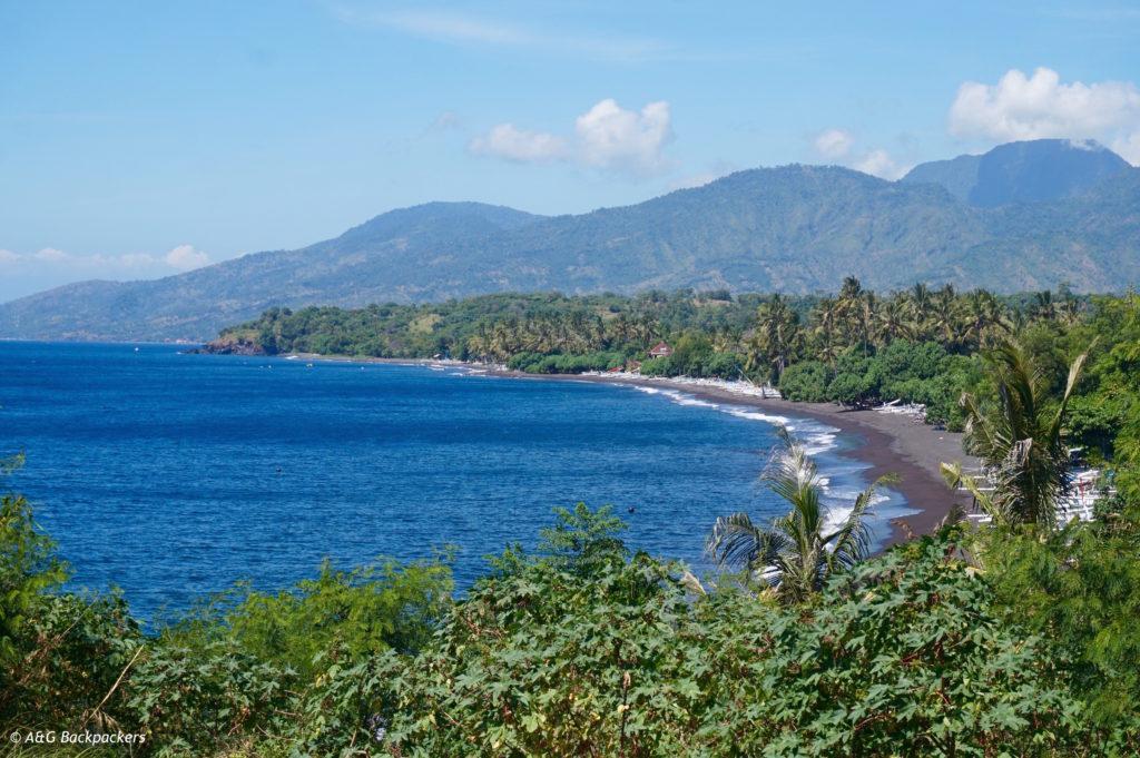 vue baie amed vers tulamben plage sable noir