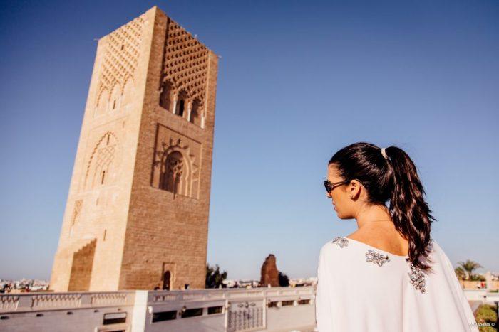 Méditation sur l'Esplanade du mausolée et de la tour Hassan à Rabat