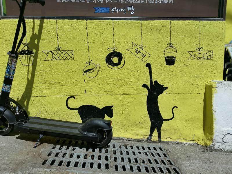Gatos pintados en un mural en Gamcheon Village.