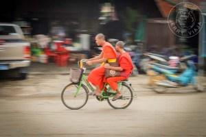 Dos monjes en bicicleta por la ciudad