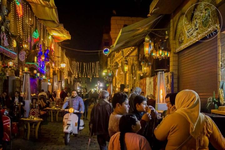 Cairo medieval-islámico. Calle Sharia Al-Muizz Li-Din-Allah a la noche.