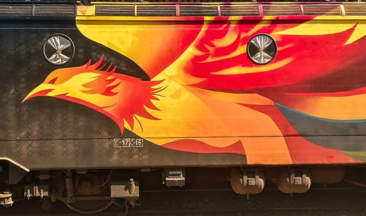 Vagón de tren con dibujo de ave fenix.