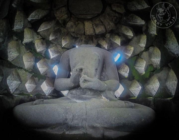 Estatuas de budas en stupas en Borobudur, Indonesia