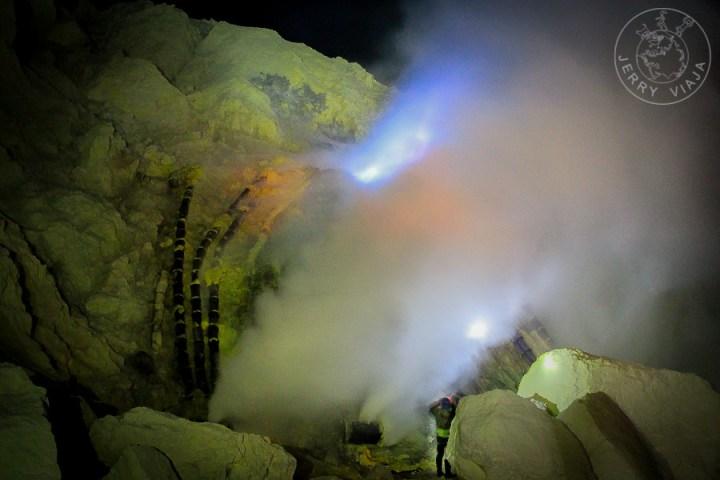 Fuego azul o blue fire en el volcan ijen, indonesia