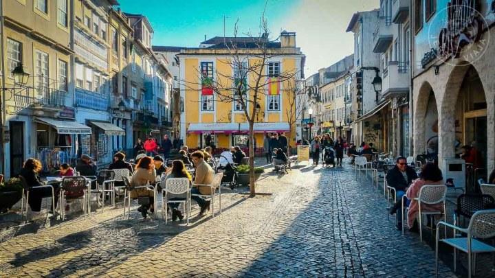 Cafés y bares en la calle peatonal de Beira Mar, Aveiro.