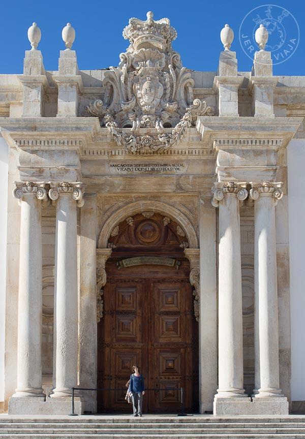 Puerta principal de la Biblioteca Joanina. Universidad de Coímbra.