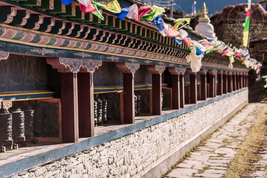 Annapurna Trekking. Ruedas de la oración en Upper Pisang, Annapurna Circuit , Nepal