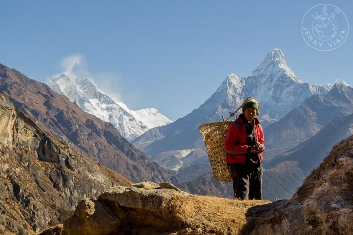 Porteador en Khumjung, Campamento Base Everest, Nepal