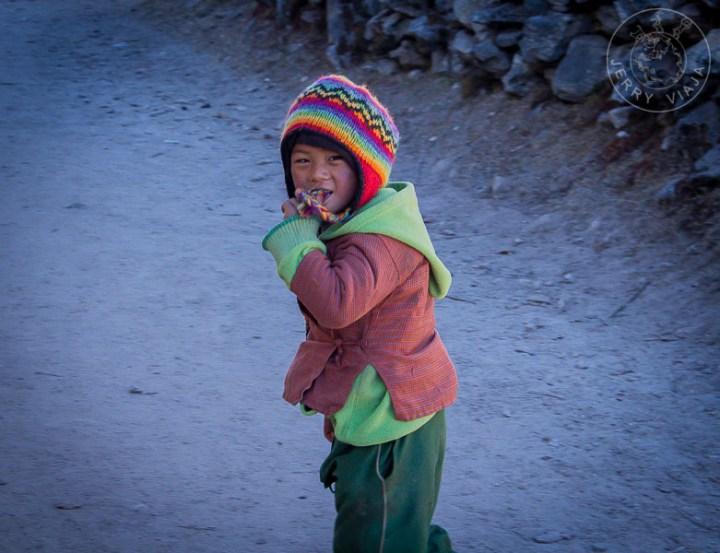Niño de pueblo en el Everest Base Camp, Nepal