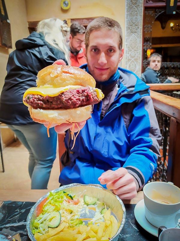 Hamburguesa de camello en Café O'Clock. Fez, Marruecos