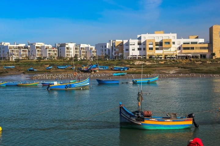 Barcas y botes anclados en las aguas de Rabat.