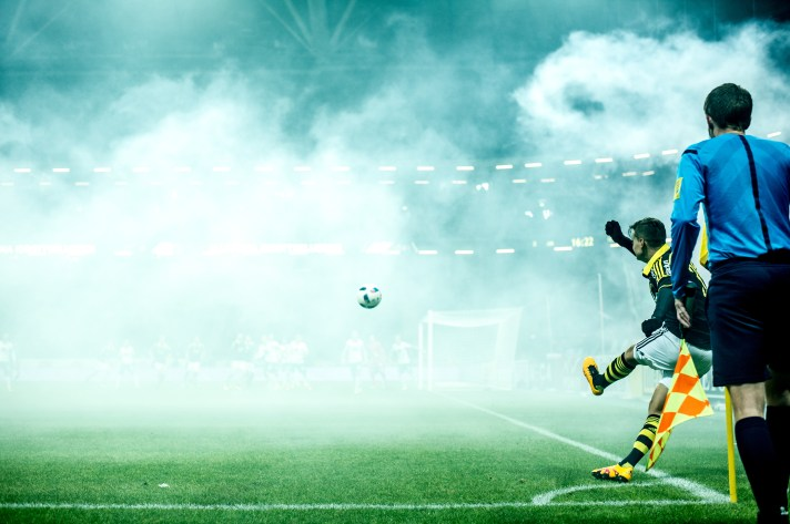 Amin Affane puts a corner in to the smoke filled penalty area in the derby between AIK and Hammarby. 2016-03-15