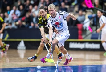 Rickie Hyvärinen and a Gävle player stretching for the same ball.