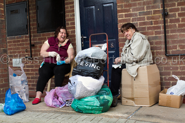 Carol and Linda talking politics on their doorstep. Carol was going to vote UKIP, but couldn't be bothered. General Election. Tower Hamlets. East London. © Jess Hurd/reportdigital.co.uk