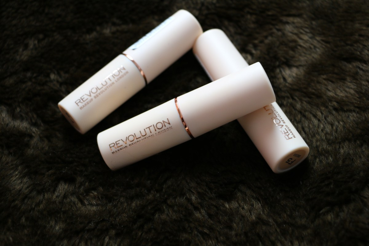 BASE EM BASTÃO MAKEUP REVOLUTION – FAST BASE STICK FOUNDATION