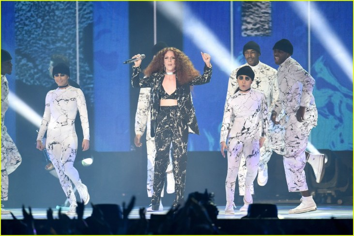 jess-glynne-hold-hand-brit-perform-10