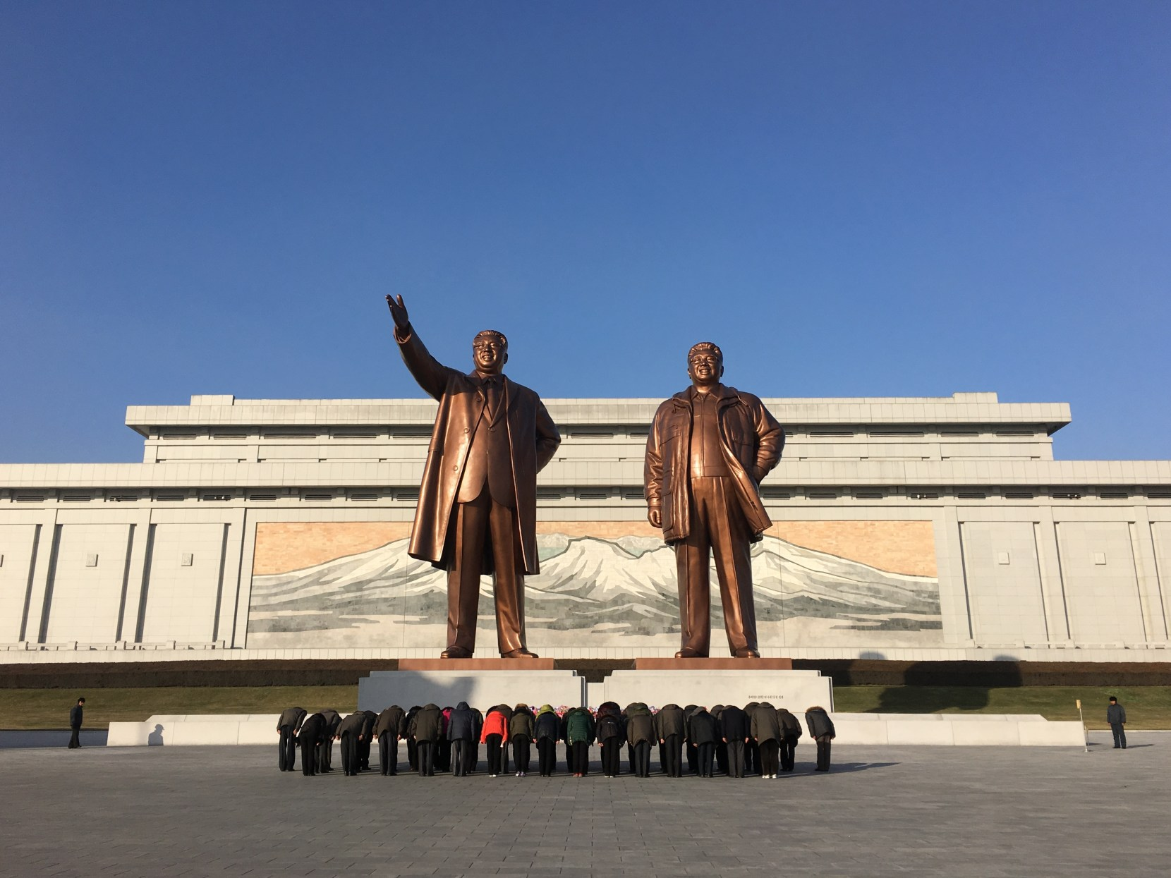 north korea statues bowing