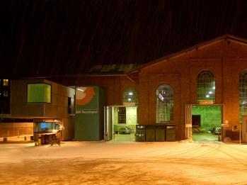 Hofansicht bei Schneee und Nacht