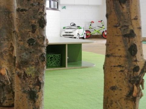 Parkplatz zwischen Bäumen