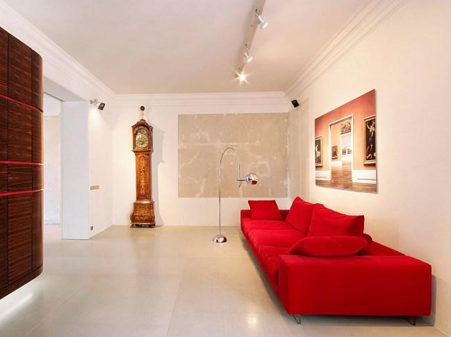 Wohnraum mit rotem Sofa