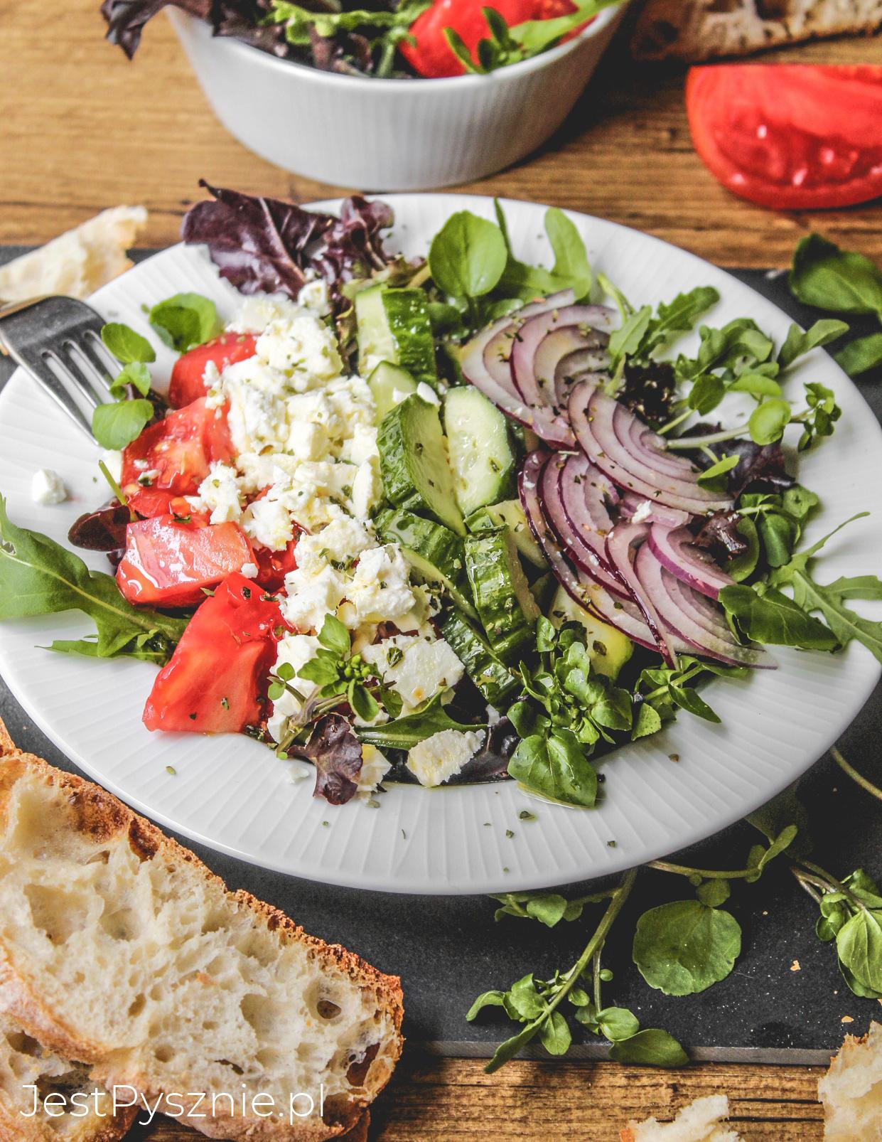 Sałatka z fetą, pomidorem i ogórkiem