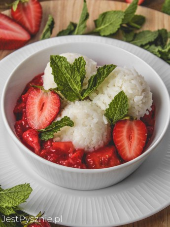 Ryż na mleku kokosowym z truskawkami