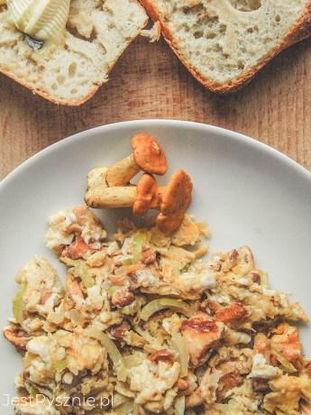Jajecznica z kurkami i cebulą