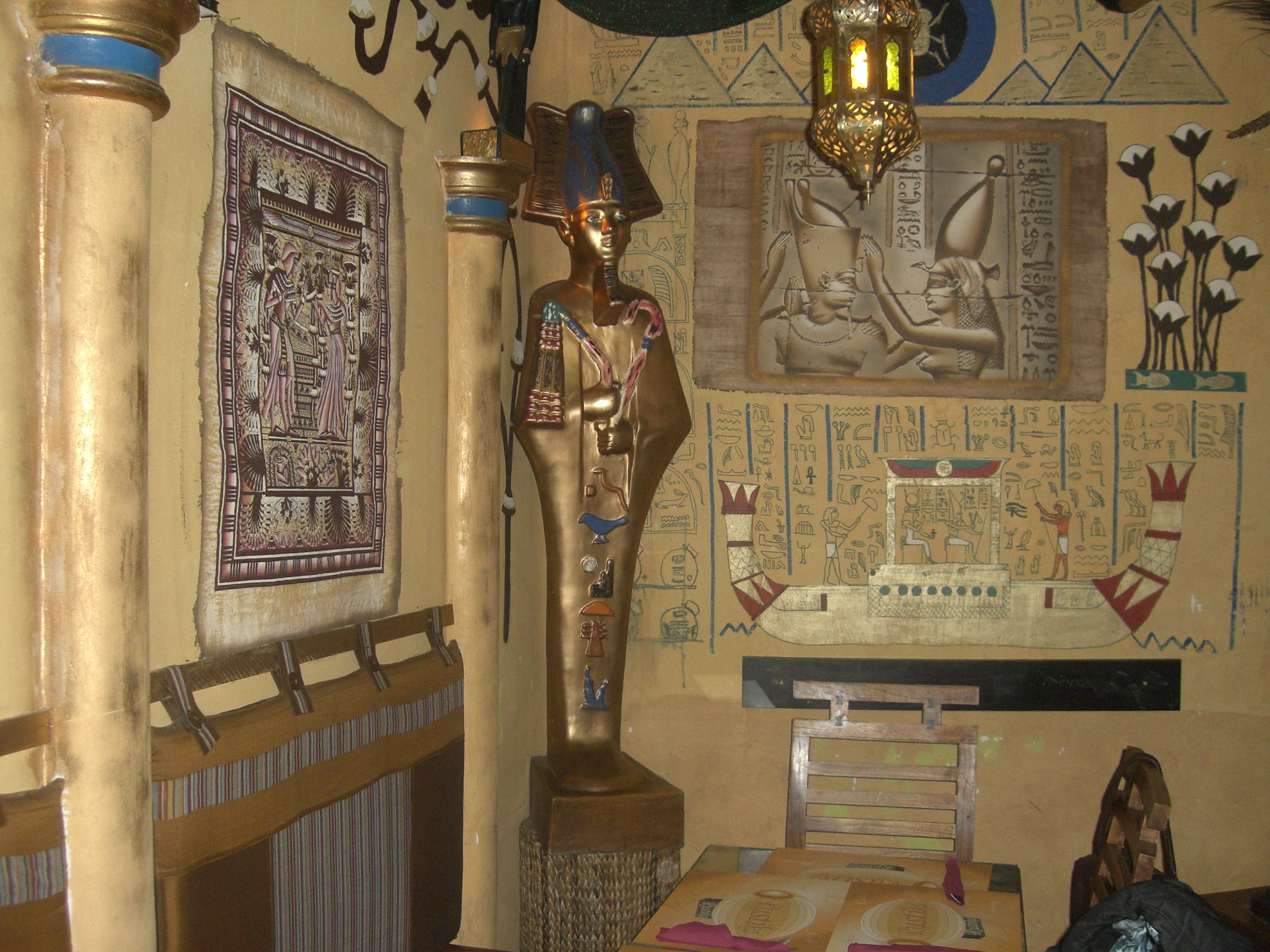 Salón de Rústica Café que reproduce una cámara egipcia
