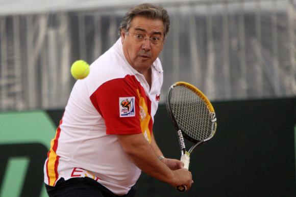 Juan Ignacio Zoido juega al tenis en la presentación de la Copa Davis en el Estadio Olímpico de Sevilla dentro de su estrategia para el turismo local