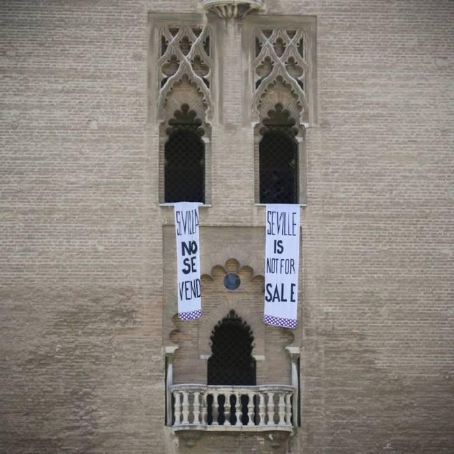 Protesta de vecinos de Sevilla contra el turismo masivo y la WTTC en la Giralda, el 2 de abril de 2019