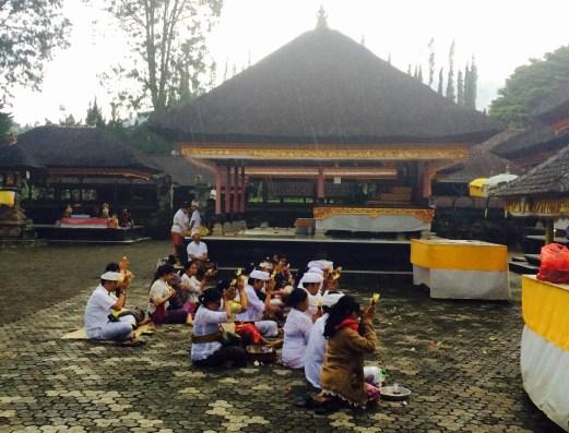 Pura Ulun Danu Bratan temple praying