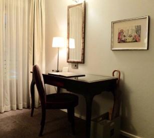 Hotel Villa Madame desk