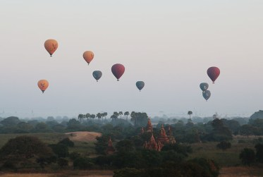 Sunrise in Bagan, balloons 1
