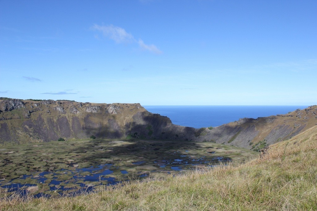 Hike Easter Island: Rano Kau, crumbling on the southern side allows for a glimpse at the vast ocean