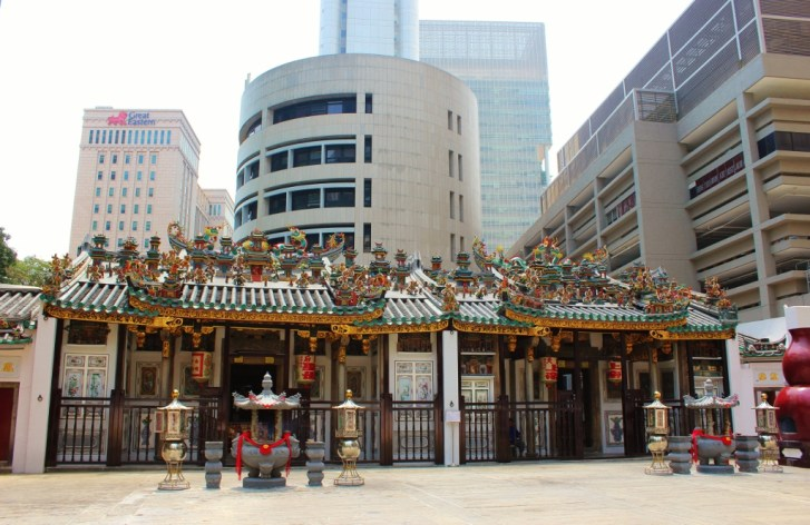 Yueh Hai Ching Temple in downtown Singapore