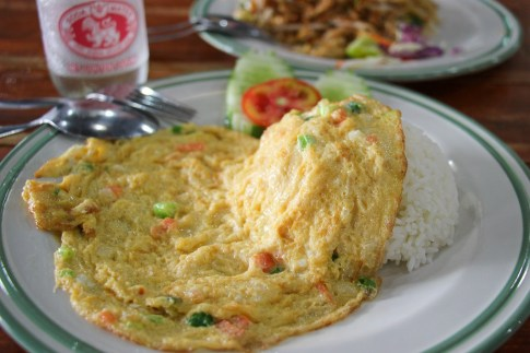Tasty Thai Omelette over steamed rice at Aroy Dee in Chiang Mai, Thailand
