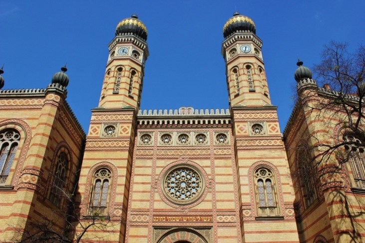 Budapest on a tight budget: The Great Synagogue comes with a slightly high entrance fee ~ but it is astounding to look at!