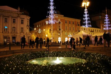 Advent wreath circles Mandusevac Fountain on Ban Jelacic Square during Christmas in Zagreb, Croatia