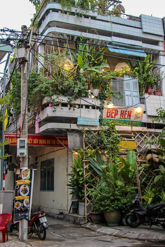 Outside view of the easy to miss entrance to Ben Hen restaurant, Da Nang, Vietnam