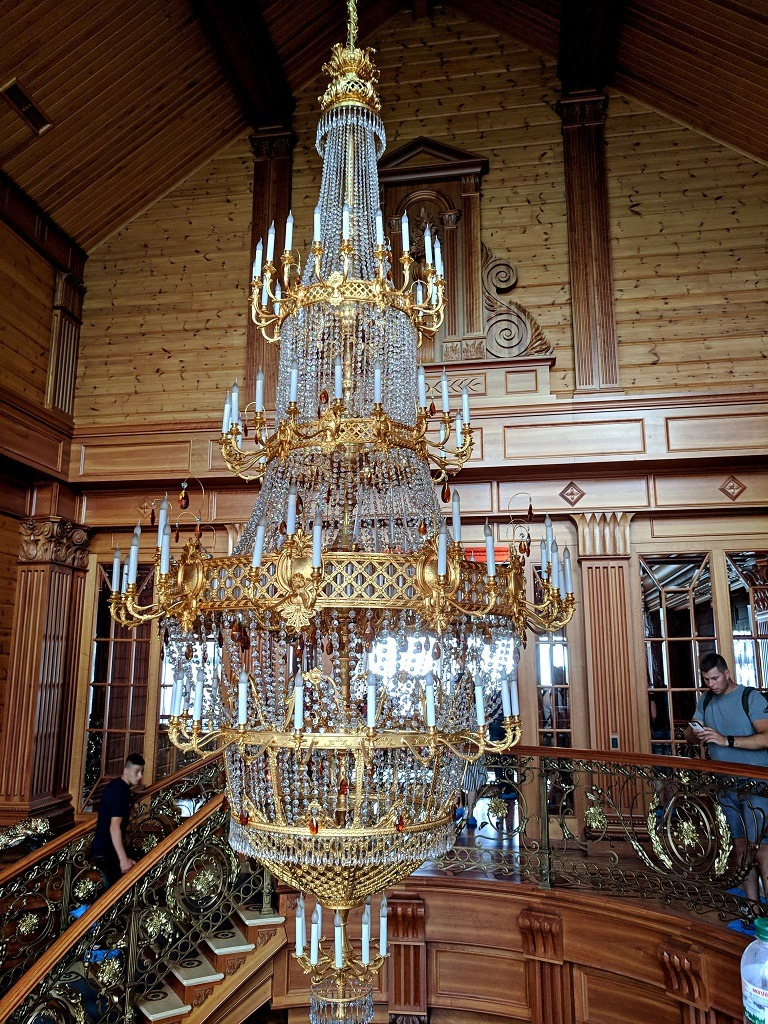 Mezhyhirya Residence: chandeliers