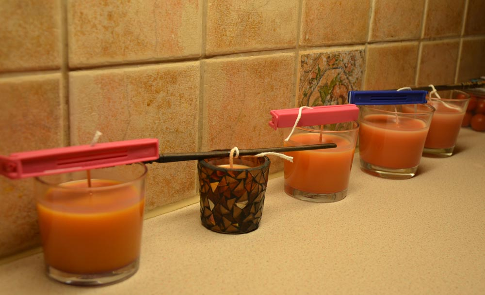 och sedan så häller man i det smälta stearinet i några lämliga glas som tål värme.