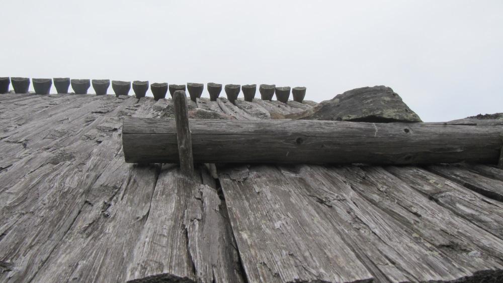 Snyggt tak. Extra plankor för att hålla ned taket.
