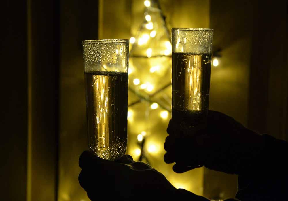 Vi skålar in det nya året i silverbröllopspresenten från Tomas & Lena