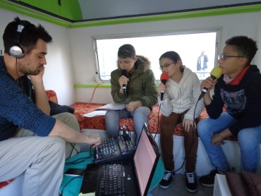 Les animateurs jeunesse interviennent au collège Alcuin de Cormery avec leur caravane pour réaliser de courtes émissions de radio avec les élèves