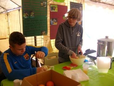 Les jeunes de Truyes ont vendu leur soupe réalisée à base de légumes invendus au marché de noël de Truyes