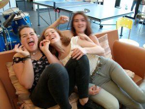Nora, Pauline et Cathy s'amusent sur le canapé