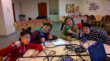 Quatre collégiens de 6ème se prêtent au jeu d'enregistrer une émission de radio